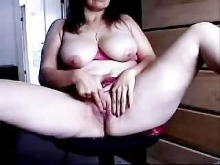 Mature woman masturbates on the net