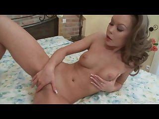 Pretty milf enjoys solo fun