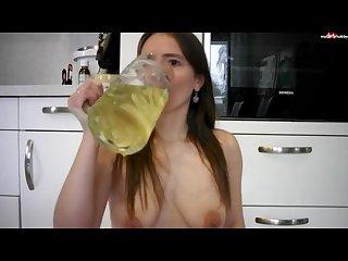 Durch badeanzug und leggings bierkrug Vollgepisst und alles ausgetrunken