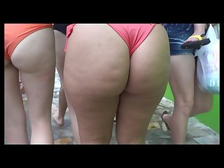 Gostosa brasileira de bikini na praia 2