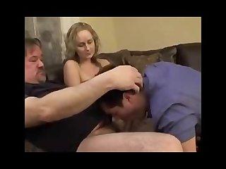 Safada coloca o marido para chupar o pau do seu chefe