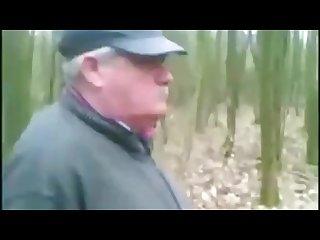 Abuelo se corre en el campo