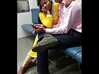 mumbai couple baisers dans train