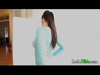 Actriz hermosa jovencita mostrando su cuerpo frente a la cam de su productor