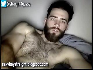 Chico guapo peludo y con barba se masturba en la cmara web para su novia
