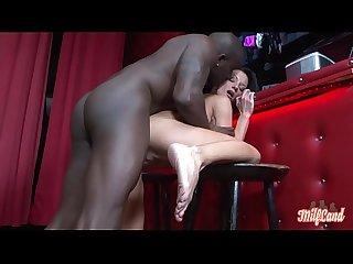 Elvira, milf sexy r�alise son fantasme et se fait baiser par un black