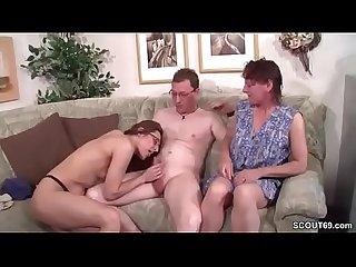 Mutter und stief schwester helfen ihm bei seinem ersten fick