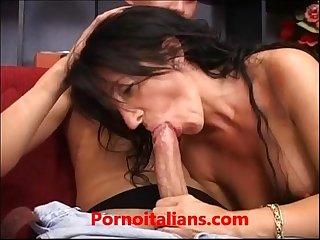 Signora matura italiana moglie infede succhia cazzo grosso giovane milf italian