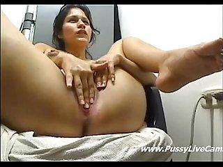 Webcam latina stretching her tight pussy