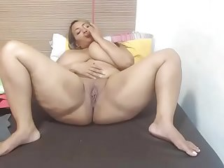Huge tits thick woman cum on cam