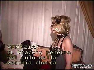 Venezia colon il braccio penetra tutto nel culo della vecchia checca