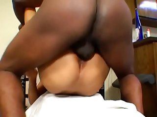 Big booty ebony cutie pie proposed her man to to try some new exercise on the fitness machine
