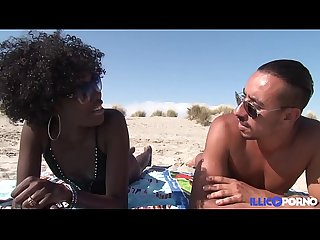 Ils baisent sur une plage nudiste [Full Video]