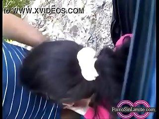 Cuada mamando la verga en un dia de campo con la familia sorexxx
