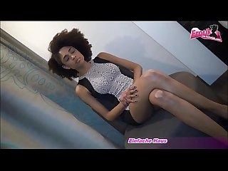 Model casting S sse schlanke ebony nimmt einen dicken schwanz in den mund