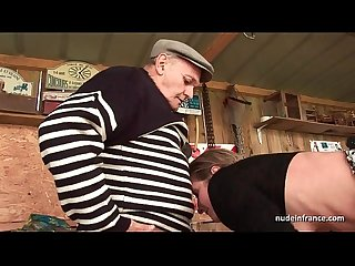 Skinny amateur milf anal fucked in threesome with papy voyeur outdoor