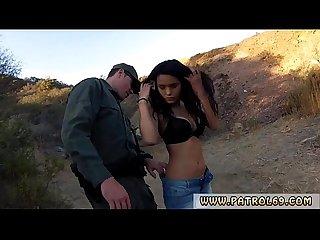 Polizei Gesichtsbehandlung und cop agent Erste Zeit ziemlich Latein Frau Josie