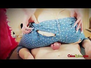 Peliroja excita a hombre con su culo y se deja penetrar y ella se mueve despacio para disfrutarlo ma