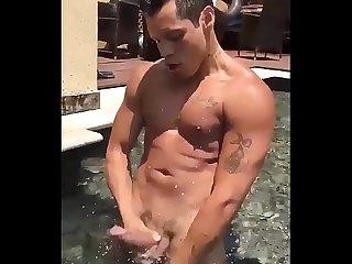 Dotado gozando na piscina