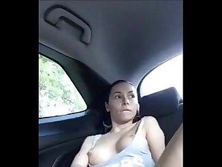 Tetona masturbandose en su coche