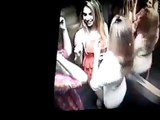 Amigas lsbicas no elevador se beijando e querendo se fuder