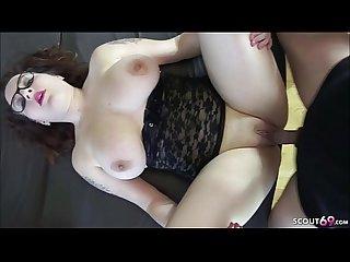 TEENY mit geilen echten Titten und Brille im ersten Porno