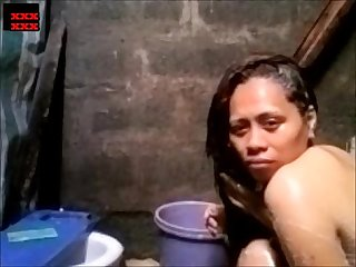 filipina girl doing bath seducing in cam nice tits and pussy