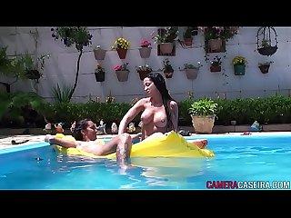 Morena ninfeta chupando gata sarada na piscina